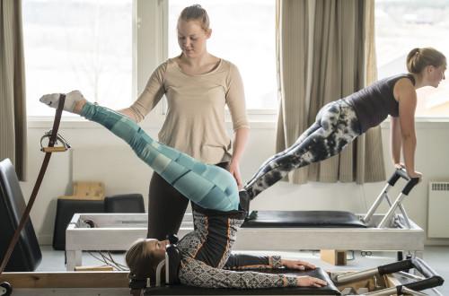 Bilde av tre jenter som driver i treningsstudioet