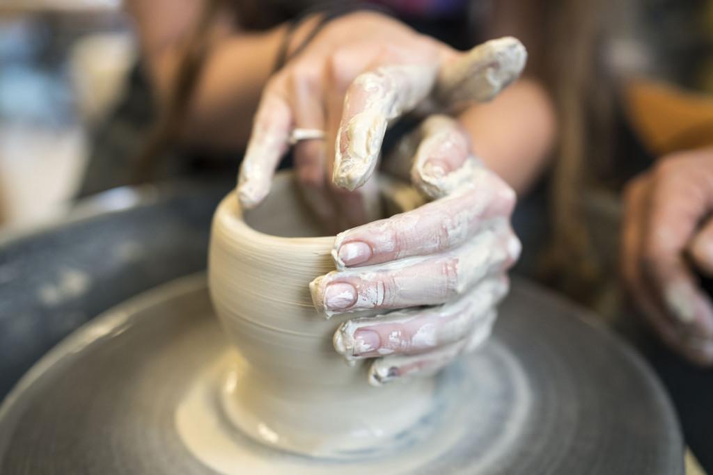 To hender som lager keramikk på dreieskive