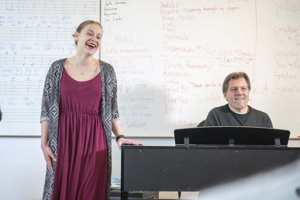 Jente som synger og læreren spiller piano