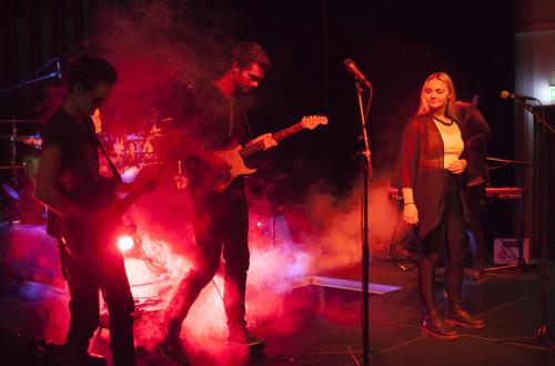 Band som spiller på en scene